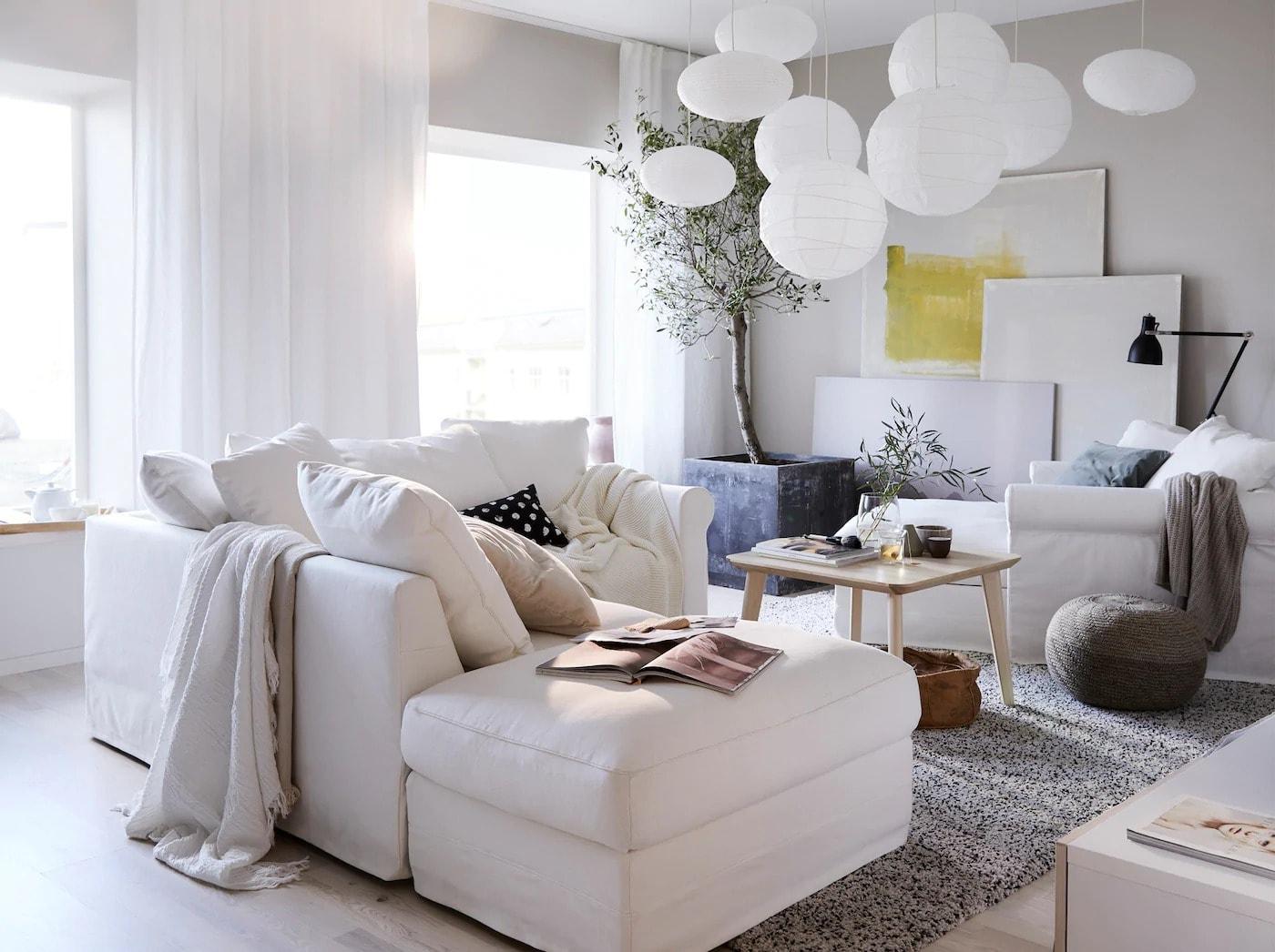 Vardagsrum med vita soffor och harmoniska färger