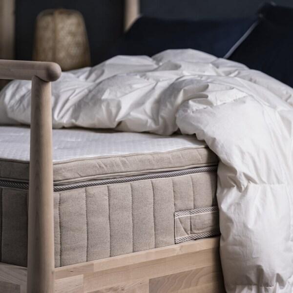 VATNESTRÖM-patja sängyllä. Patjan päällä peitto ilman lakanaa.