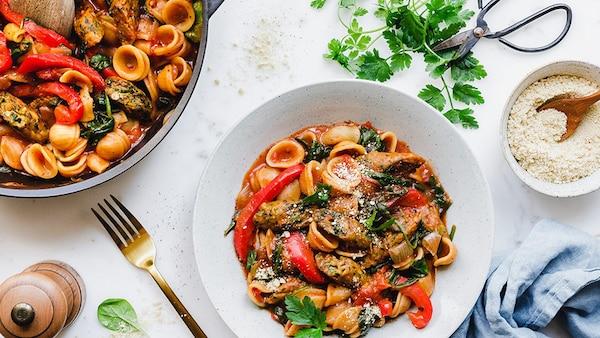 Vegane One Pot Pasta mit Paprika, Spinat & Veggie Dogs