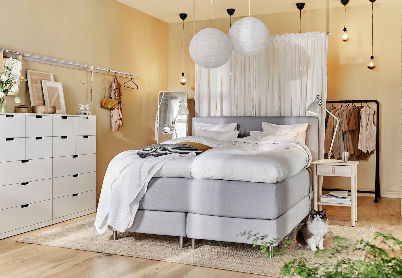 VEin Schlafzimmer mit Deckenlampen, DUNVIK Boxspringbett und NORDLI Kommode