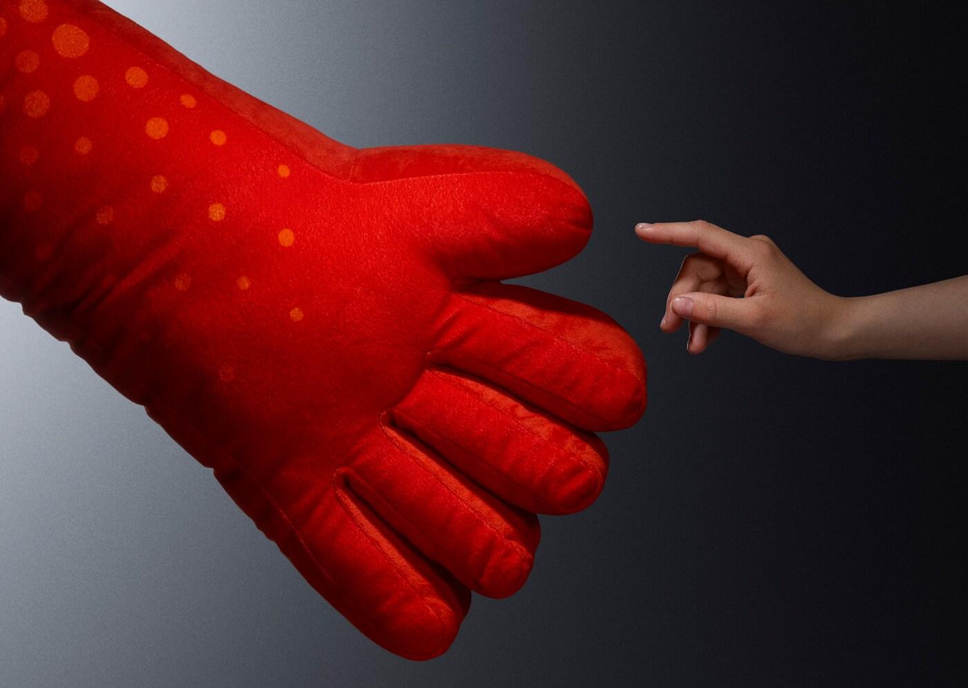 Verlier dich im Spiel – mit dem übergroßen IKEA LUSTIGT Kissen in Handform und im kräftigen Rot gelingt das sicherlich leicht.