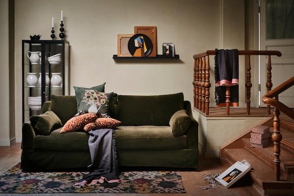 Verschiedene Gegenstände aus der IKEA DEKORERA Kollektion befinden sich in einem traditionell eingerichteten Wohnzimmer in grünen Farbtönen und einem angenehmen heimeligen Look.