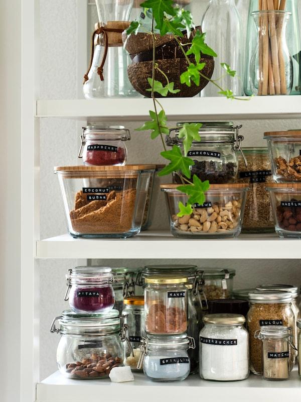Verschiedene IKEA Aufbewahrungsmöglichkeiten für Lebensmittel, wie Einmachgläser oder IKEA 365+ Vorratsbehälter mit Bambus-Deckel, in der offenen Küche.