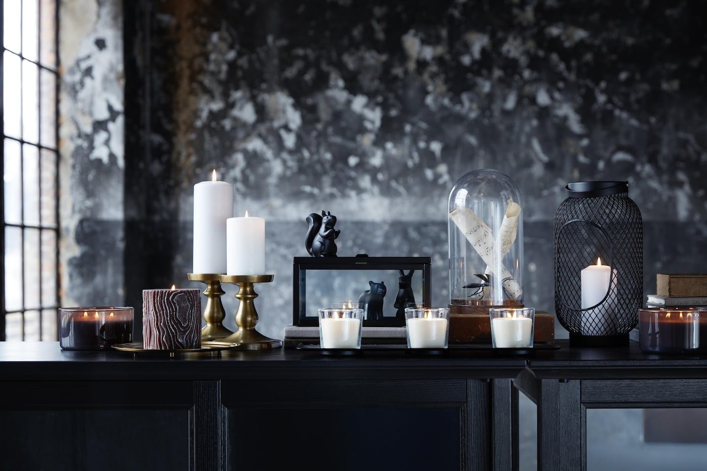 Verschiedene Kerzen erleuchten den Raum