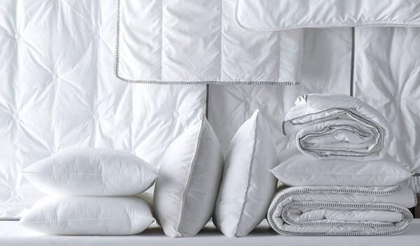 Verschiedene Kopfkissen und Bettdecken von IKEA