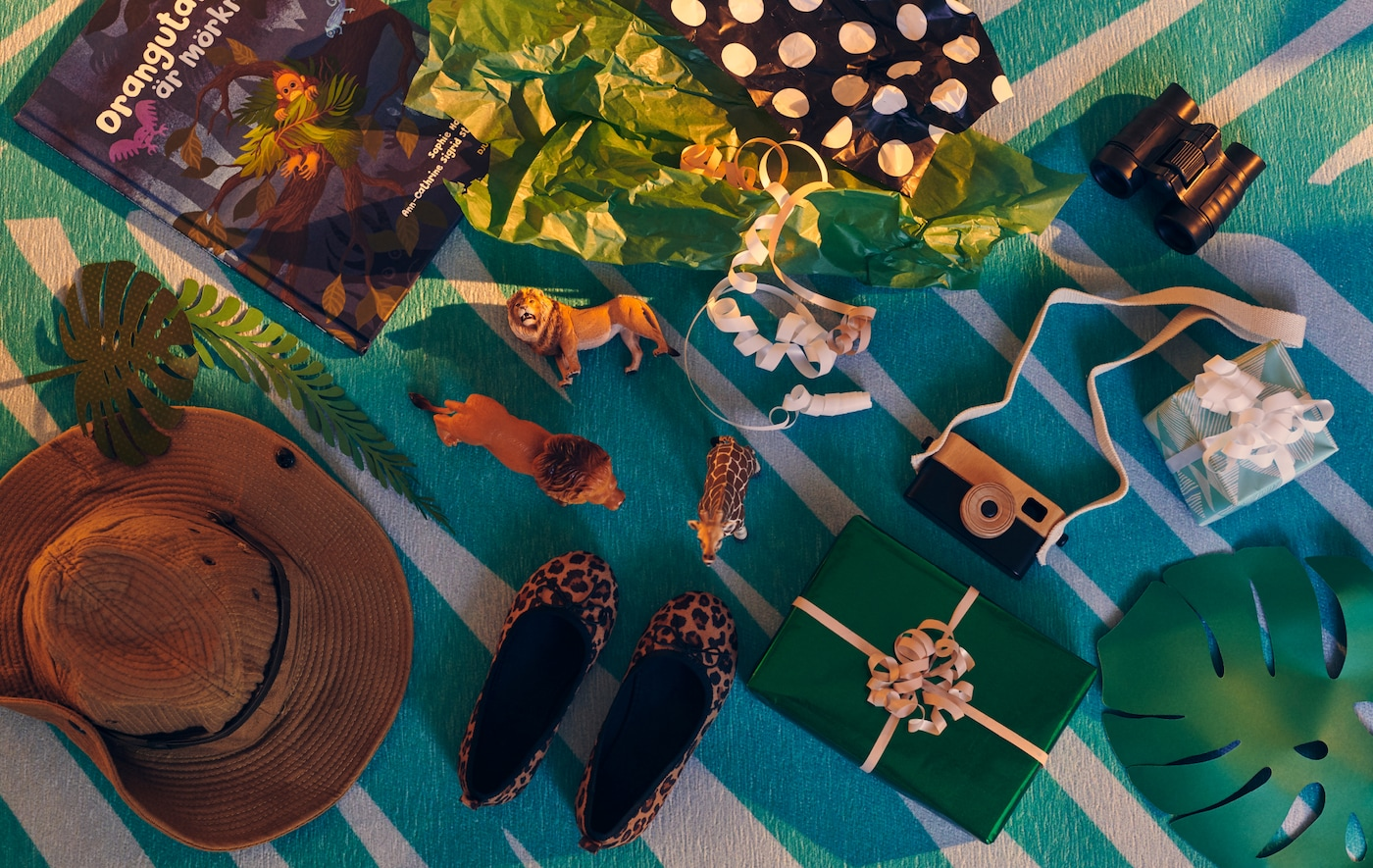 Verschiedene verpackte und offen herumliegende Geschenke und Spielsachen zur Umsetzung toller Kindergeburtstagsideen.
