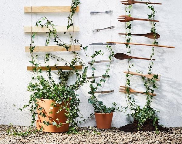 Verticaal tuinieren - plantenhanger gemaakt van houten keukengerei