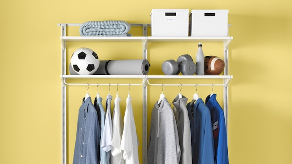 Vêtements et équipement sportif dans une penderie ALGOT