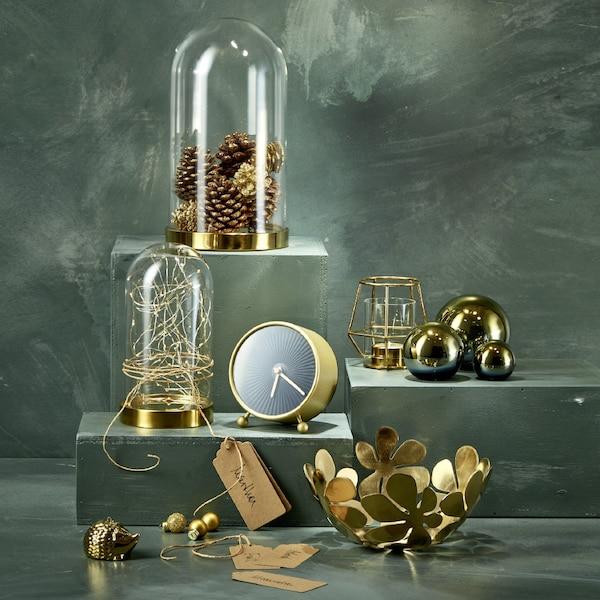 Viele Dekoelemente und Accessoires wie zum Beispiel die SNOFSA Uhr, BEGÅVNING Glasglocke oder DAGDRÖM Dekobälle