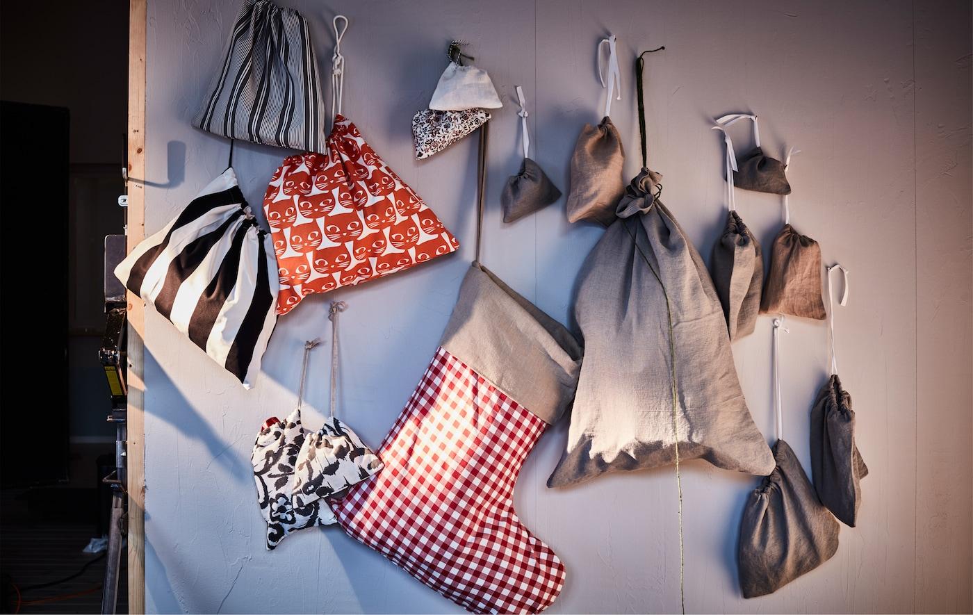 Viele verschiedene Geschenktüten hängen an der Wand.