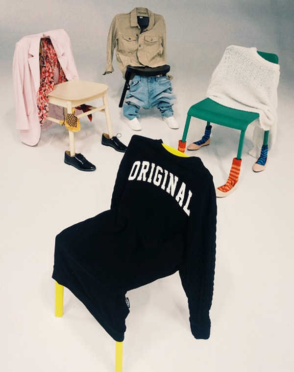 Vier Stühle stehen in einem Kreis, jeder ist mit Kleidungsstücken wie ein Mensch angezogen. Der Stuhl im Vordergrund trägt einen SAMMANKOPPLA Stuhlbezug.