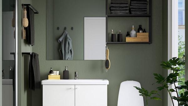 Vihreä kylpyhuone jossa on ENHET-kalusteet.