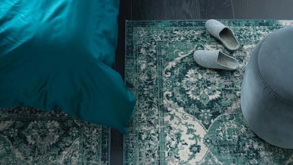 Vihreä VONSBÄK matto, jossa on vanhanaikainen, kulunut vintage-ilme, harmaanvihreällä lattialla.