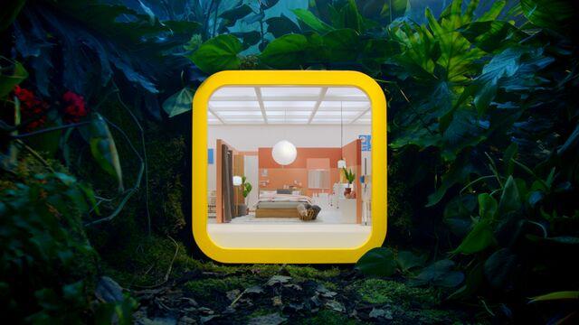 Vihreän viidakon keskellä on keltainen ruutu jonka sisällä huone, jossa IKEA-kalusteista tehty sisustus.