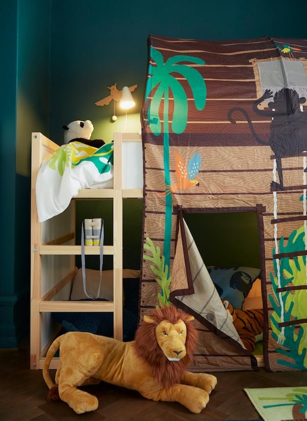 Viidakkoaiheinen lastensängyn katos IKEA KURA sekä käännettävä KURA kerrossänky. Lastenhuoneen viidakkomatto ja leijona-pehmolelut täydentävät lastenhuoneen sisustuksen.