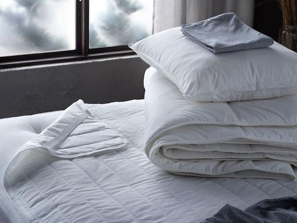 Viileä peitto tyyny sängyllä