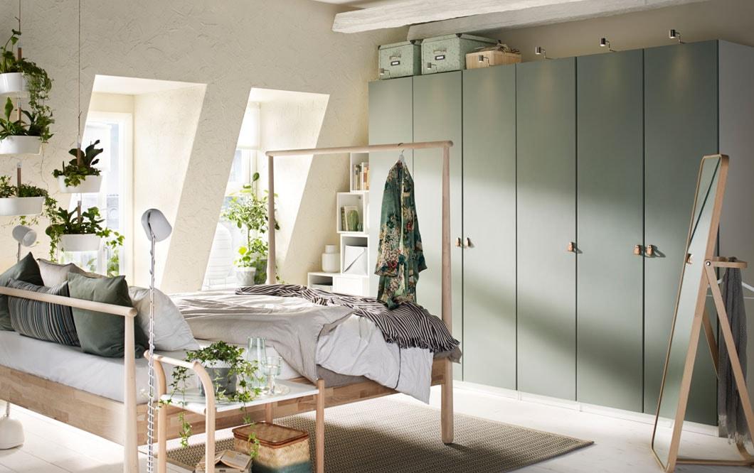 Viileä, vaalea ja skandinaavinen. Matkailijakin arvostaa huonetta, jossa on reilusti säilytystilaa, ja vaaleat sävyt rauhoittavat. Koivupuinen IKEA GJÖRA-sänky kehystää unta kauniisti. Saarnipuinen IKEA IKORNNES-lattiapeili.