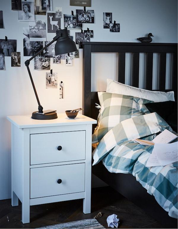 Vill du ha en sänglampa som även laddar din smartphone? IKEA HEKTAR arbetslampa i mörkgrått med trådlös laddning är lösningen! Den enkla och stora metallformen är inspirerad av gamla lampor från platser som fabriker och teatrar.