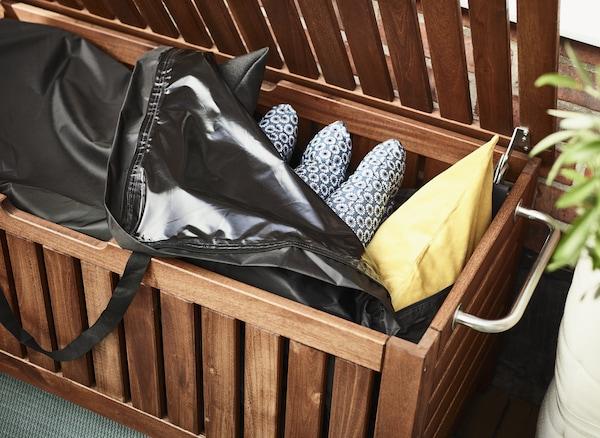 Vill du ha idéer till balkongförvaring? IKEA har många smarta balkongmöbler, som IKEA ÄPPLARÖ/TOSTERÖ bänk med förvaringsväska. Skydda dina dynor och kuddar i en vattentät förvaringsväska – ett enkelt sätt att hålla dem fräscha under en längre tid.