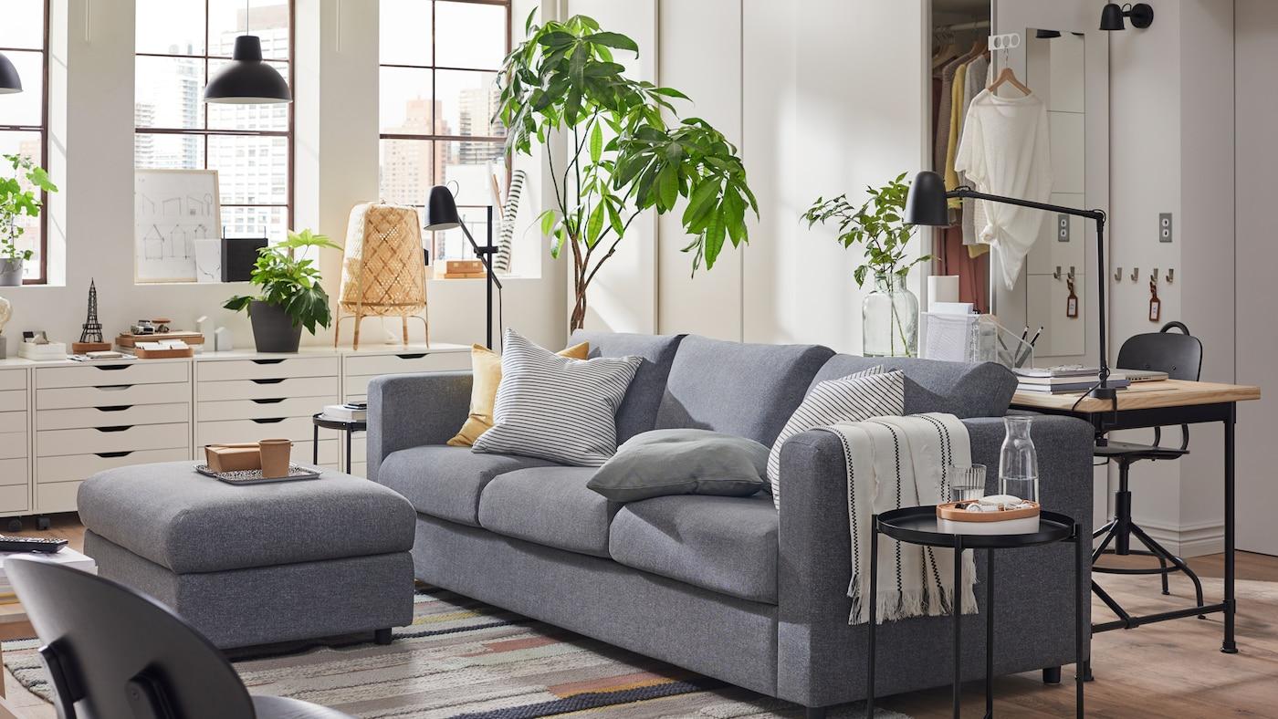 VIMLE sofa na razvlačenje u Gunnared sivoj, PAX garderoberi i ALEX fiokari u garsonjeri.