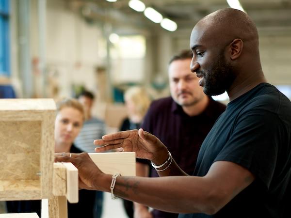 Virgil Abloh explica uno de sus diseños a un grupo de gente.