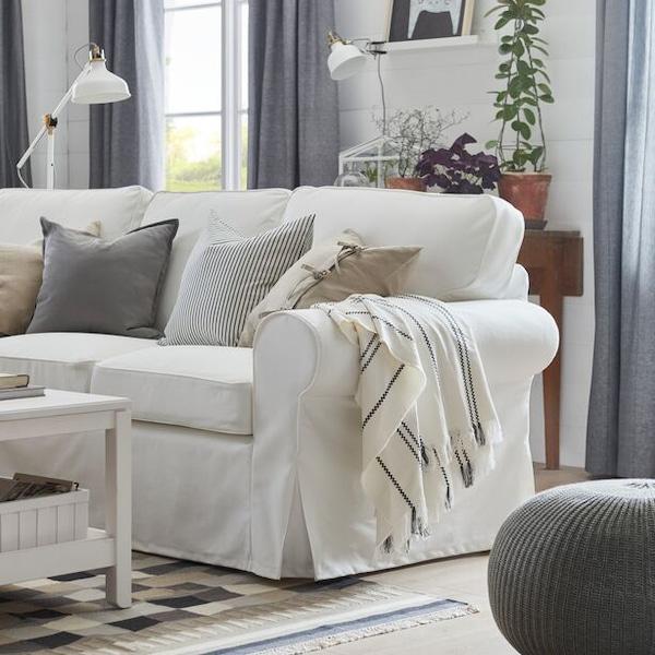 Vit soffa i vardagsrum