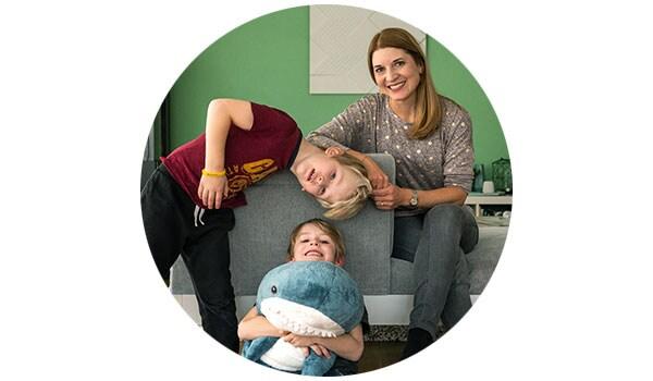 Vita in famiglia sul divano DELAKTIG a casa di soci IKEA Family.