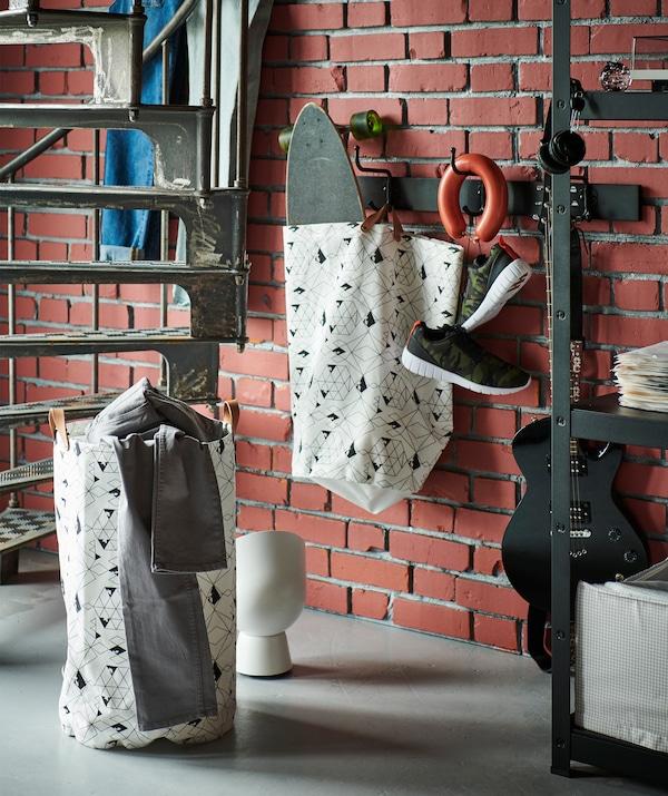 Во время быстрой уборки хорошо иметь под рукой пару мешков ПЛУМСА для белья.