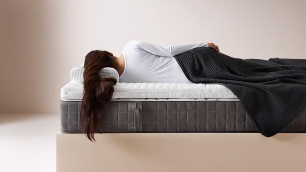 Vodnik, ki ti bo pomagal najti najbolj primeren posteljni vložek, prešito odejo in blazino.
