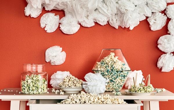 Vous cherchez des idées déco pour votre prochaine fête ? Préparez le séjour avec les décorations à accrocher IKEA VISIONAÄR en blanc. Aussi originales qu'amusantes, ces boules feront à coup sûr beaucoup d'effet.