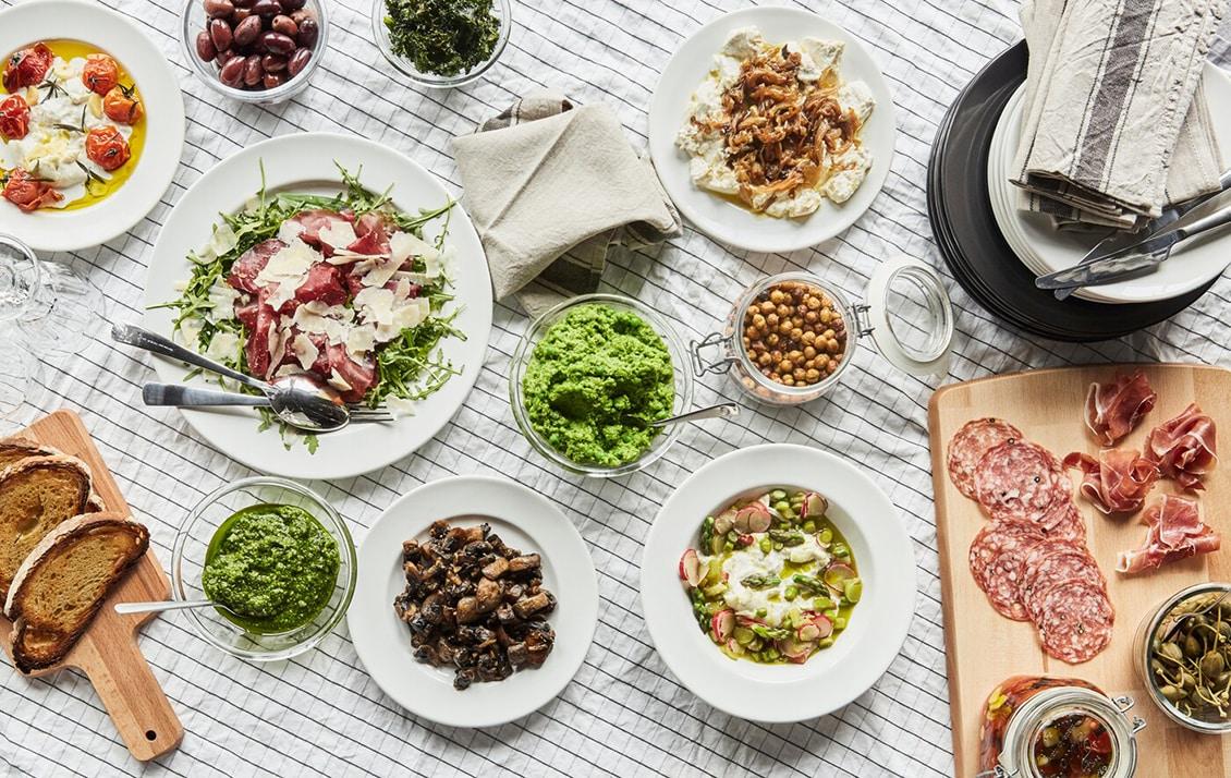 Vous cherchez un nouveau service de table ? IKEA propose un grand choix de styles, comme par exemple sa série VARDAGEN. Une vaisselle au style à la fois simple et traditionnel, aux formes douces et arrondies et aux détails soignés, qui met joliment en valeur vos plats.