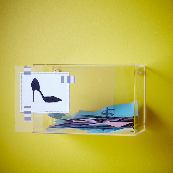 Vous épargnez pour quelque chose ? Utilisez comme tirelire la boîte vitrée BJÖRNARP de chez IKEA. Comme elle est en acrylique transparent, vous pouvez voir aisément combien vous avez mis de côté. Pour vous stimuler, collez dessus une photo de ce pour quoi vous économisez.