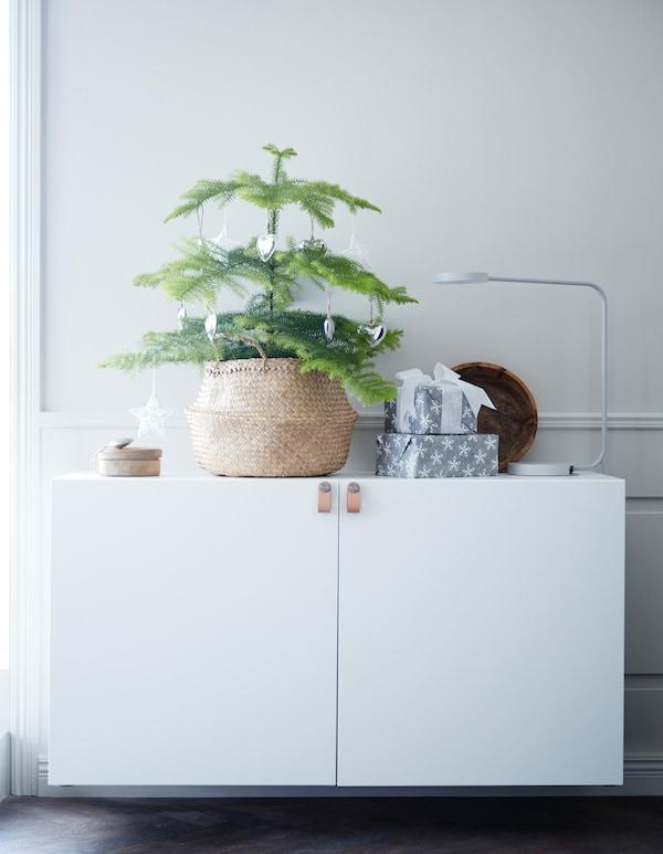 Vous êtes à la recherche du plus beau sapin pour cette année? Essayez quelque chose de nouveau! Optez pour un arbre format mini! IKEA propose une vaste gamme de pots, de paniers et de cache-pots, comme le panier en jonc de mer FLÅDIS montré ici.