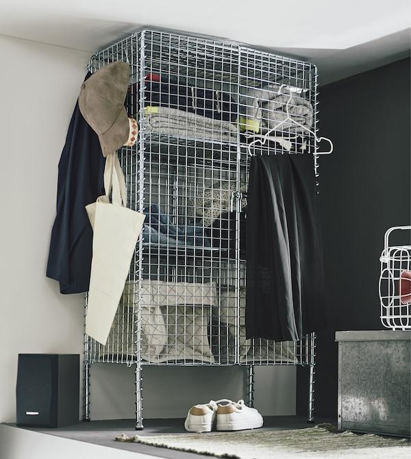 Vous recherchez des idées de rangement pour la chambre ? Essayez le rangement IKEA PS 2017 en acier galvanisé gris. Ce meuble pour petit appartement conviendra très bien dans une petite mezzanine/chambre à coucher et grâce à ses paniers en fil, vous aurez une vue sur vos choses préférées.