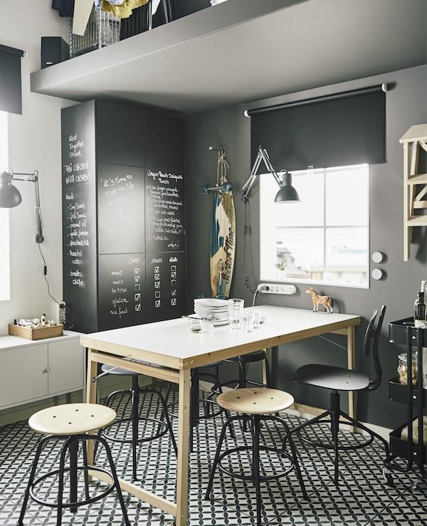 Vous recherchez du mobilier gain de place? Testez la table de cuisine pliante GÖRAN, en blanc/pin. Elle est grande mais ne prend pas beaucoup de place une fois repliée. Le mobilier multifonction est pratique aussi, comme des armoires de cuisine avec des portes avec revêtement tableau noir.