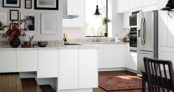 VOXTORP white kitchen with a smooth door with integrated handles.