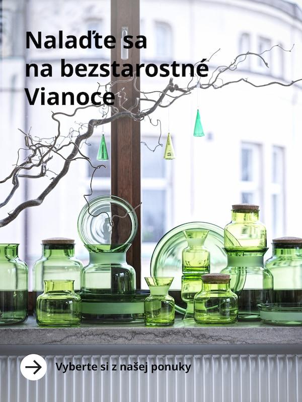Výrobky z vianočnej kolekcie IKEA - sklenené nádoby v sýtozelenej farbe.