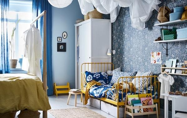 Vytvorte detskú izbu v rodičovskej spálni s posteľou pre dospelých na jednej strane a detskou posteľou na druhej.