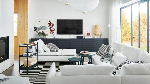Vzdušný obývací pokoj s velkou pohovkou SÖDERHAMN, lenoška SÖDERHAMN a úložný prostor BESTA s dveřmi STOCKVIKEN.