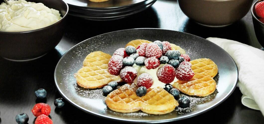 Waffeln mit Marmelade, Beeren und Schlagobers