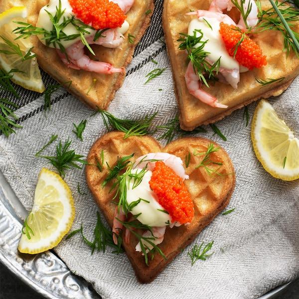 Waffle con gamberetti e caviale di alghe