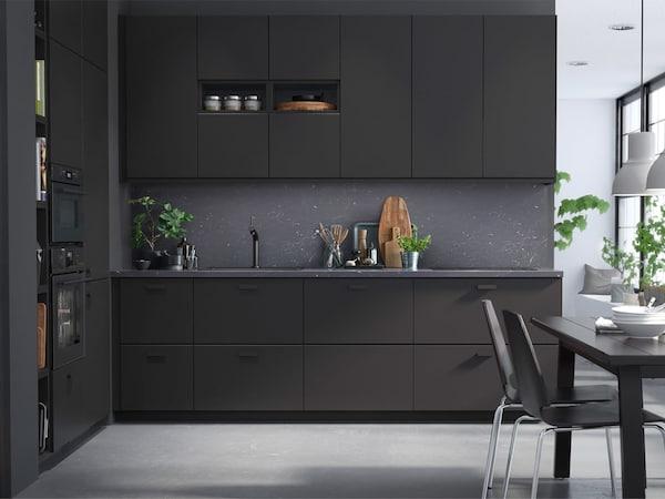 واجهات المطبخ KUNGSBACKA باللون الأسود من ايكيا مصنوعة من الخشب المعاد تدويره ومغطاة بطبقة رقيقة مصنوعة من زجاجات بلاستيك البولي ايثيلين تيريفثالات PET المعاد تدويرها.
