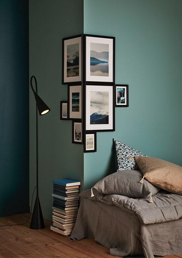 Wand met fotolijsten