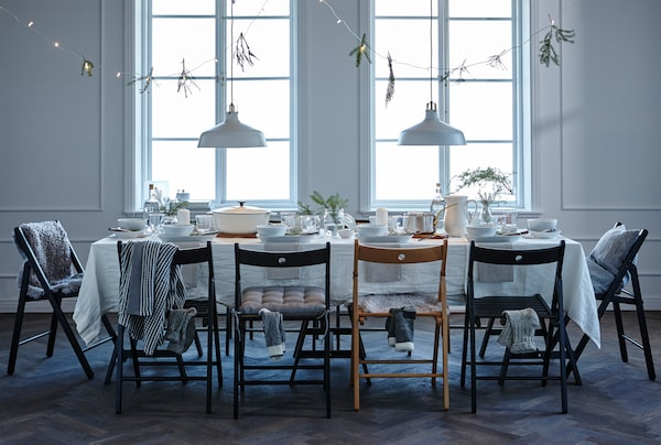 Want to win a few wows with your table setting? Finding a theme, using personalised place settings and decorating on, below and above the table should do the trick, come check out the website to see more.