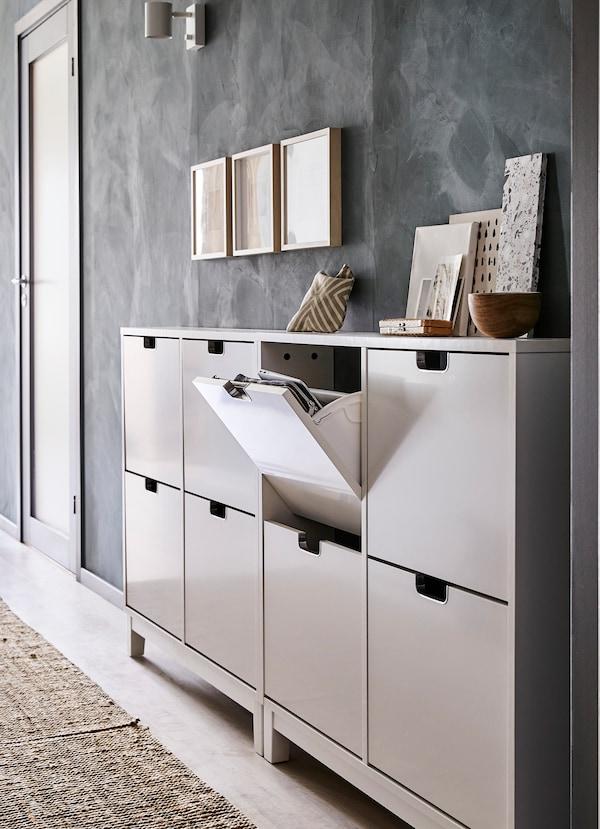 Wąska szafka na buty IKEA STÄLL, biała z połyskiem, zaaranżowana w wąskim przedpokoju.