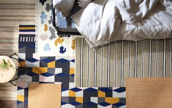 Weg mit unerwünschten Geräuschen im Schlafzimmer! Mit ein paar Teppichen auf dem Boden reduzierst du Trittschall. Wie z. B. der flach gewebte, handgearbeitete TÅRBÄK Teppich in Bunt.