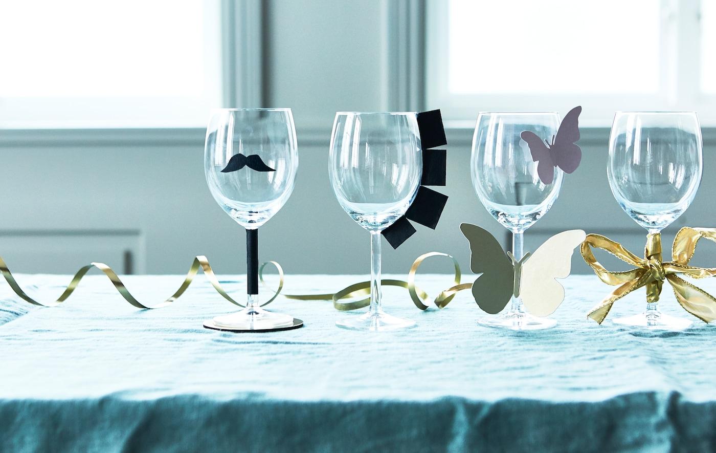 Weingläser, die mit Schnurr & Pappe wie Schmetterlinge, Bart etc. kreativ gestaltet wurden