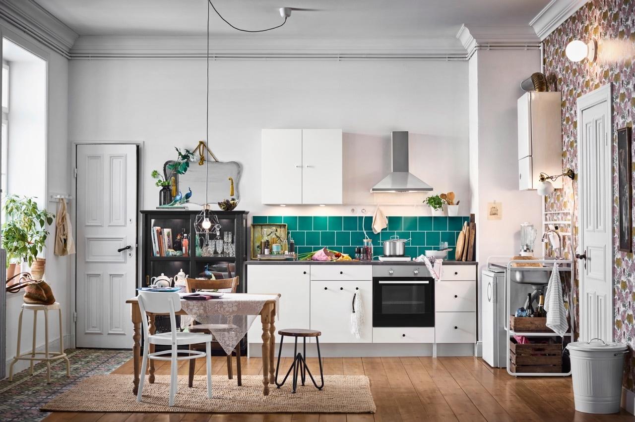 Weiße, individuelle KNOXHULT Küche mit SUNNERSTA Miniküche, MALSJÖ Vitrine & weißem IDOLF Stuhl