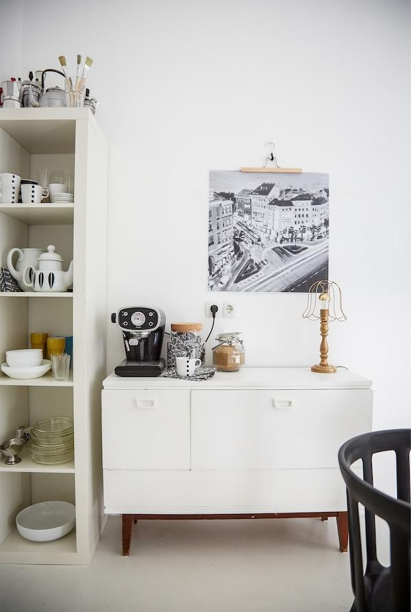 Weiße Kommode neben einem weißen Schrank gefüllt mit Tee- & Kaffeegeschirr