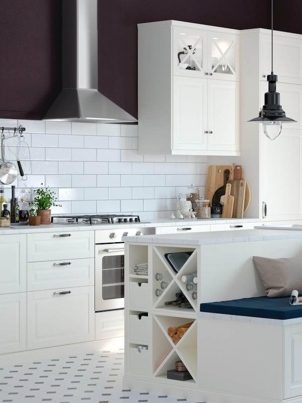 weiße Küche im Landhausstil mit großer Kücheninsel in der Mitte